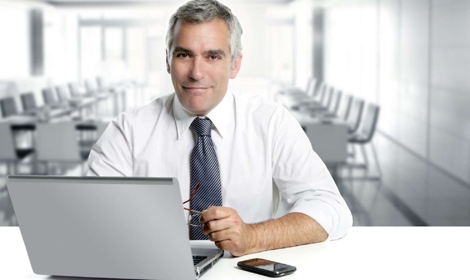 microempreendedor-individual-homem-co-computador
